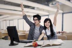 Studenti emozionanti della High School a classe Fotografia Stock