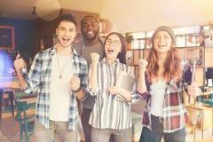 Studenti estatici che stanno nel self-service Immagine Stock Libera da Diritti