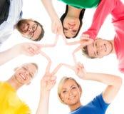 Studenti felici in abbigliamento variopinto che sta insieme Immagine Stock Libera da Diritti