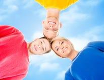Studenti felici in abbigliamento variopinto che sta insieme Immagine Stock