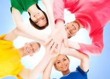 Studenti felici in abbigliamento variopinto che sta insieme Fotografia Stock