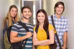 Studenti felici al corridoio dell'istituto universitario Fotografia Stock