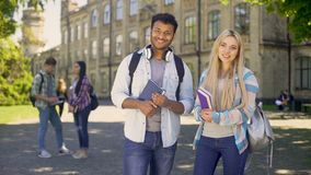 Studenti felici che esaminano macchina fotografica con il sorriso, sistema educativo accessibile video d archivio