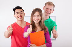 Studenti felici che mostrano segno giusto Fotografia Stock