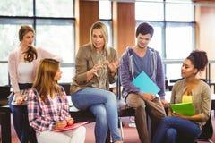 Studenti felici che parlano con il loro insegnante Immagine Stock