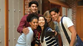 Studenti felici che prendono selfie nello spogliatoio archivi video