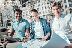 Studenti felici contentissimi che lavorano nel gruppo Fotografia Stock