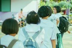 Studenti felici divertendosi sulla via dopo la scuola fotografia stock