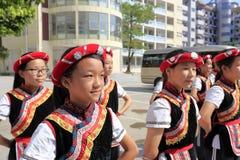 Studenti femminili della scuola secondaria di etichetta di nazionalità di Shes Fotografie Stock
