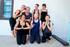 Studenti femminili di yoga ed il loro insegnante di yoga Immagine Stock Libera da Diritti