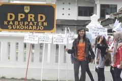 STUDENTI GRAZIOSI DI TRUCCO DEL VILLAGGIO DI SEMBRARE E DI AZIONE PER L'INDONESIA 2014 Fotografia Stock