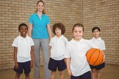 Studenti insieme circa per giocare pallacanestro Fotografia Stock Libera da Diritti