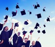 Studenti internazionali che celebrano graduazione Immagine Stock