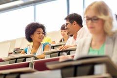 Studenti internazionali che parlano nel corridoio di conferenza Immagine Stock