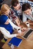 Studenti internazionali sorridenti positivi che si siedono nel caffè Immagine Stock