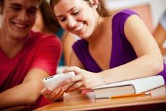 Studenti: La ragazza divide il messaggio di testo con lo studente maschio Fotografie Stock