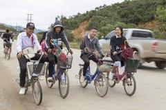 Studenti laotiani che vanno a casa in bici nel wanrong, Laos Immagine Stock
