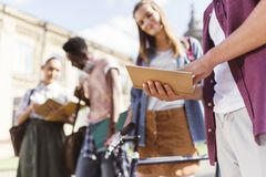 Studenti multiculturali con il libro Fotografie Stock Libere da Diritti