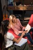 Studenti multietnici che studiano con il libro Fotografie Stock