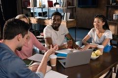 Studenti multietnici che studiano insieme Fotografia Stock