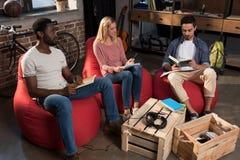 Studenti multietnici che studiano insieme Immagine Stock