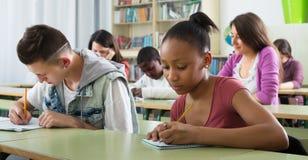 Studenti multietnici che studiano insieme Immagini Stock