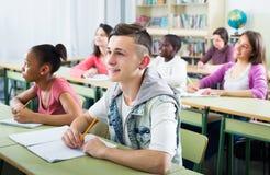 Studenti multietnici che studiano insieme Immagini Stock Libere da Diritti