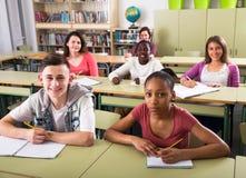 Studenti multietnici che studiano insieme Fotografie Stock Libere da Diritti