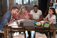 Studenti multietnici con il computer portatile Fotografia Stock