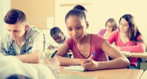 Studenti multietnici nell'aula Immagine Stock Libera da Diritti