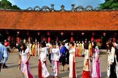 Studenti nel Ao DAI, Hanoi, Vietnam Fotografia Stock
