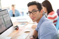 Studenti nel classroonm facendo uso del computer Fotografia Stock Libera da Diritti