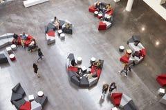 Studenti nell'atrio dell'università moderna, vista elevata fotografie stock