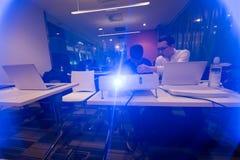 studenti nell'aula di informatica Immagini Stock