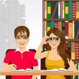 Studenti nella biblioteca di istituto universitario Fotografie Stock
