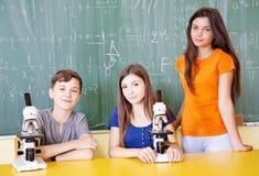 Studenti nella classe di scienza Immagini Stock