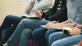 Studenti nella sala di conferenza - ascoltando alla conferenza o alla presentazione, officina, classa Master stock footage
