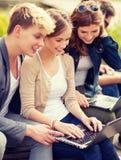 Studenti o adolescenti con i computer portatili Fotografia Stock Libera da Diritti