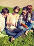 Studenti o adolescenti con i computer portatili Immagini Stock Libere da Diritti