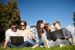 Studenti o adolescenti con i computer portatili Fotografia Stock