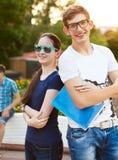 Studenti o adolescenti con i taccuini all'aperto Fotografie Stock Libere da Diritti