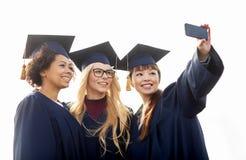 Studenti o celibi che prendono selfie dallo smartphone Immagine Stock