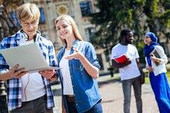 Studenti occupati di positivi che discutono progetto all'aperto Fotografia Stock Libera da Diritti
