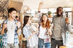 Studenti ottimisti che celebrano la conclusione del giorno Immagine Stock