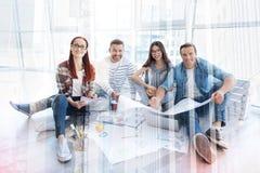Studenti ottimisti che hanno preparazione insieme Fotografia Stock