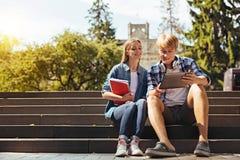 Studenti ottimisti creativi che si incontrano dopo le classi per lavoro Immagini Stock