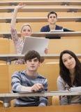 Studenti partecipanti in un corridoio di conferenza Immagini Stock Libere da Diritti