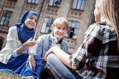 Studenti positivi contentissimi che hanno una conversazione Fotografie Stock Libere da Diritti