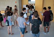 Studenti prima di entrare in aula per il loro esame finale di estate Immagine Stock