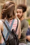 Studenti ragazzo e ragazza che stanno nella via davanti all'università Immagine Stock Libera da Diritti